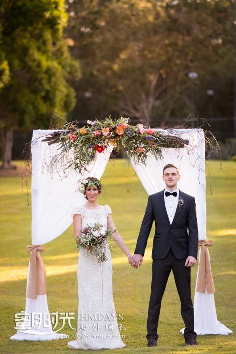 草坪花拱门前的婚纱照拍摄 摄影师客片效果展示