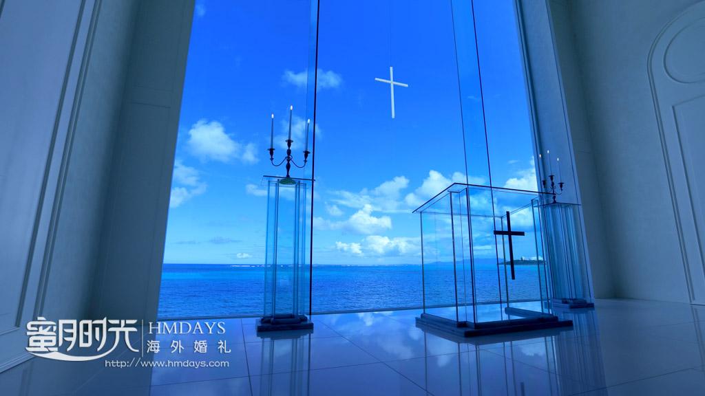 象征纯洁的玻璃圣台,配合身后的落地大玻璃 冲绳丽贝拉(海之心)教堂婚礼