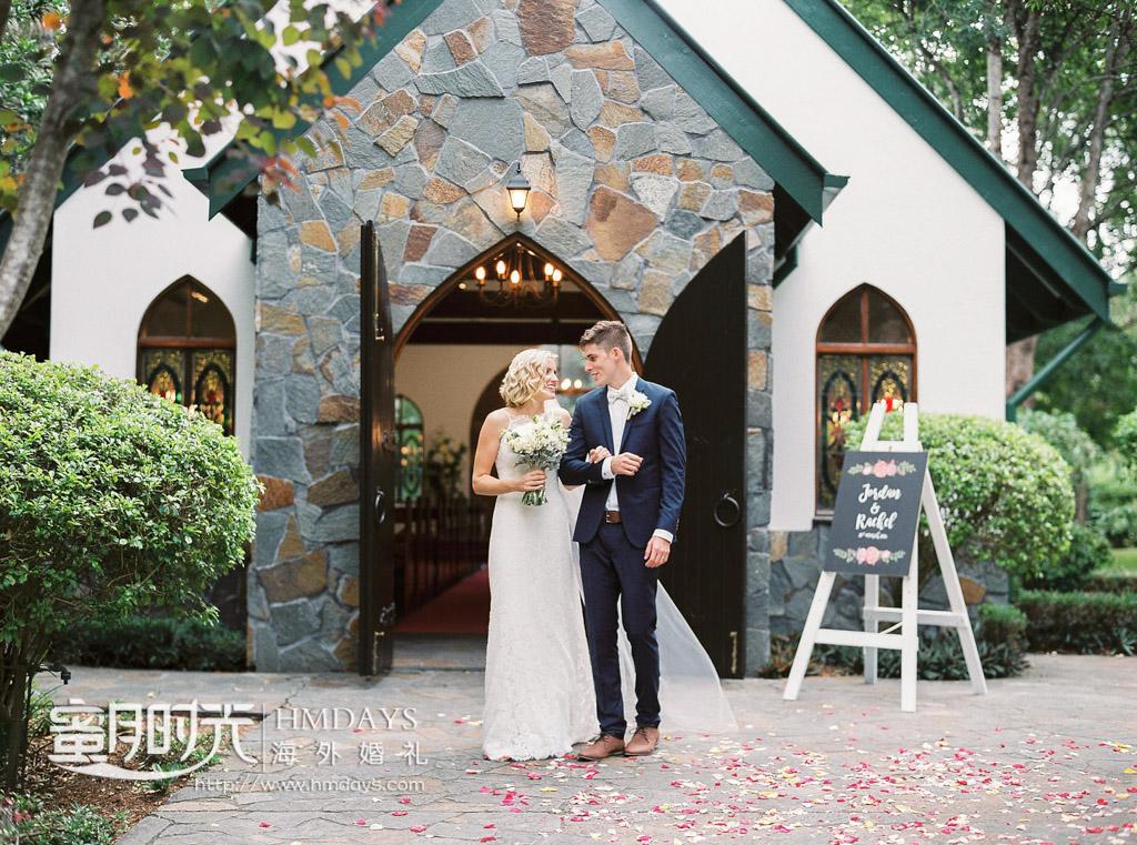 教堂门口合影留念 澳洲庄园教堂婚礼
