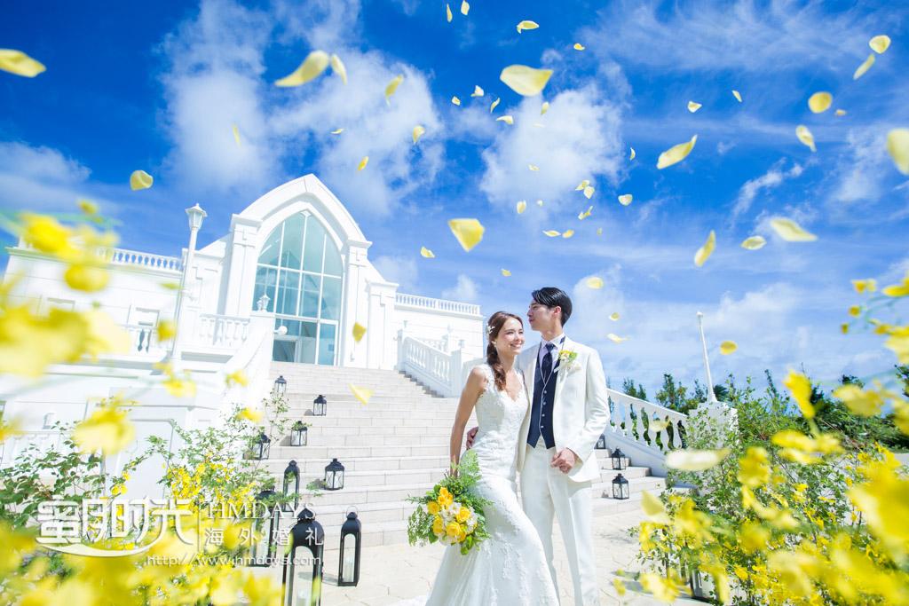 在新鲜花瓣雨中接受众人的祝福 冲绳露梅尔(海之光)教堂婚礼
