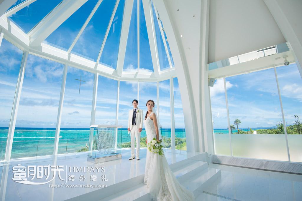 在叹为观止的落地大玻璃教堂里拍摄婚纱照 冲绳露梅尔(海之光)教堂婚礼