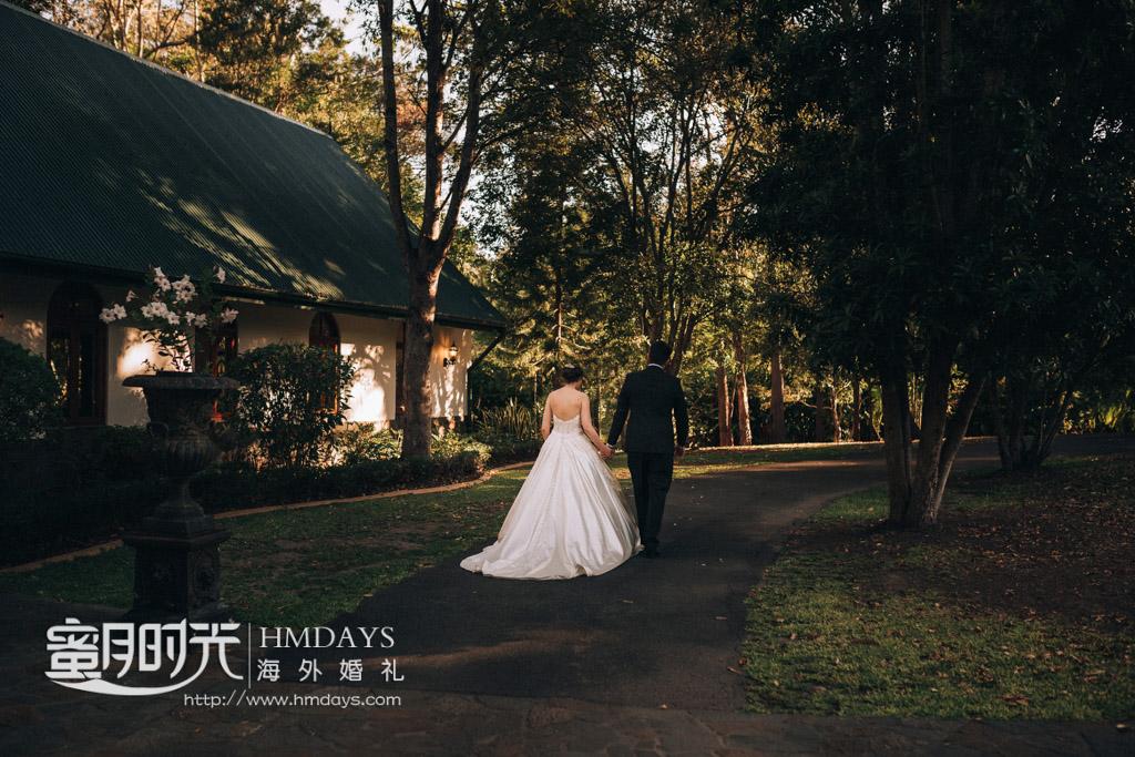 行走在林间小道上 澳洲庄园教堂婚礼