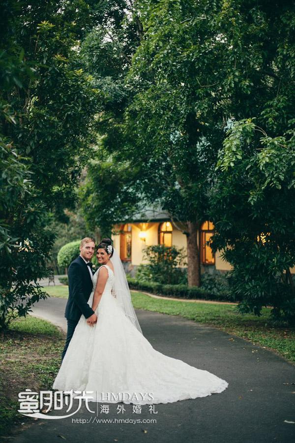 草坪上拍摄婚纱照 澳洲庄园教堂婚礼