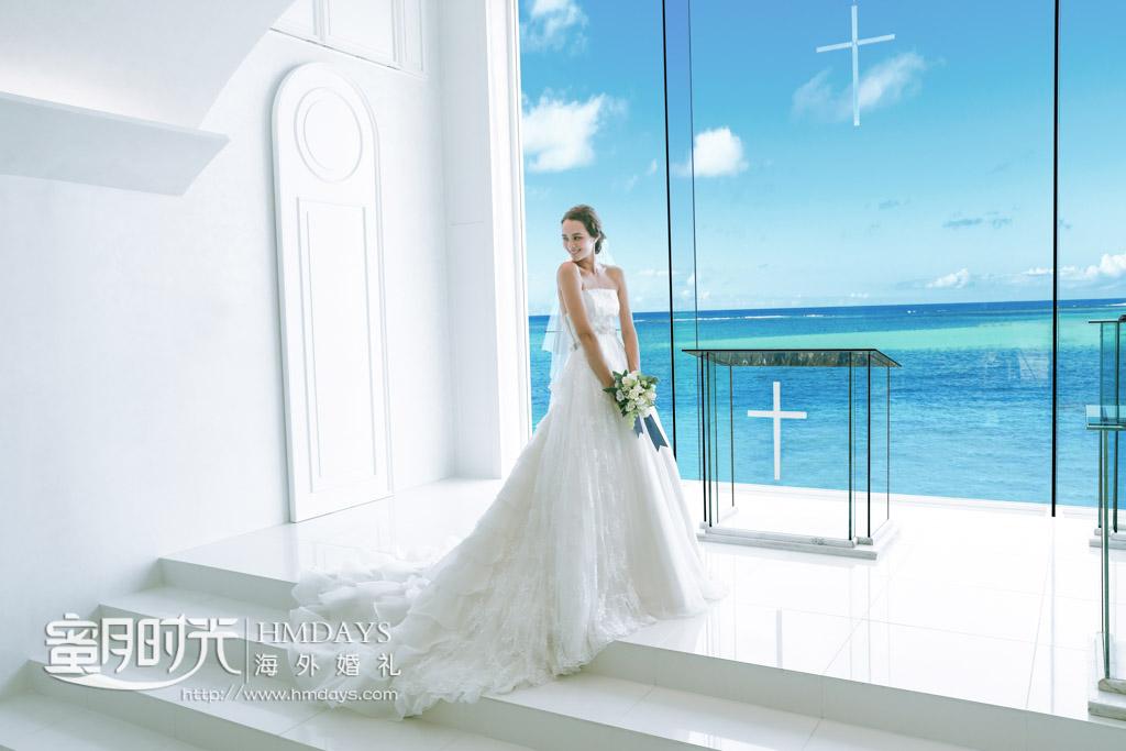 在落地海景大玻璃教堂里拍摄婚纱照 冲绳丽贝拉(海之心)教堂婚礼