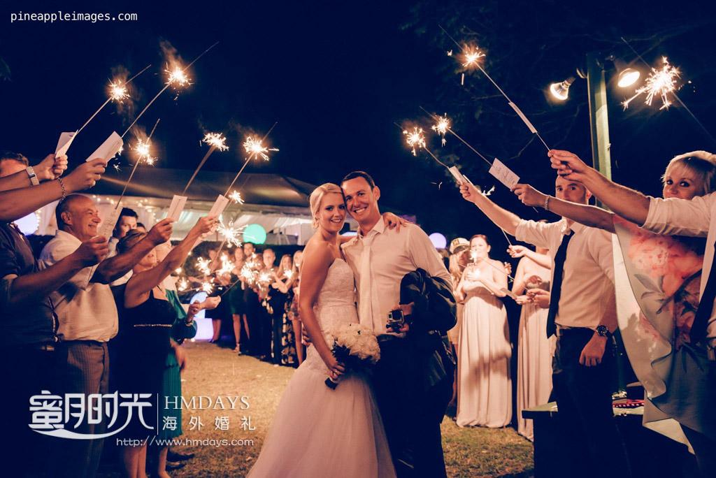 手持烟花祝福新人婚纱照,很棒的画面 摄影师客片效果展示