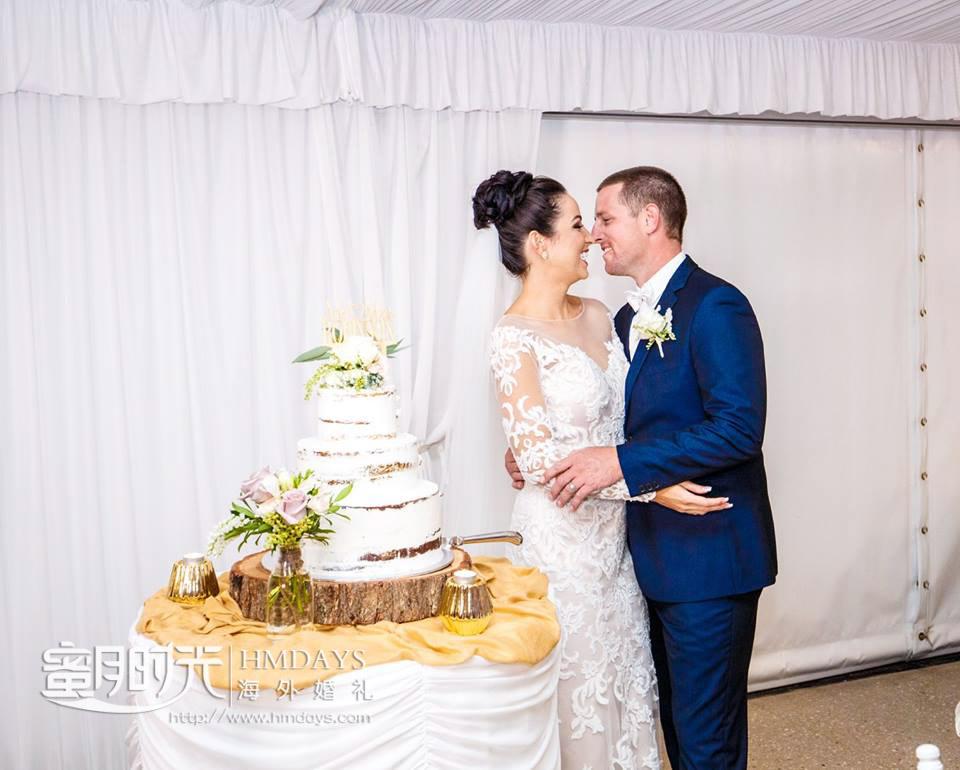 切蛋糕后的例行接吻 澳洲庄园婚礼晚宴