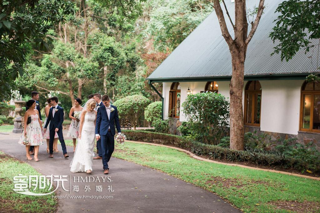 新人行走在林间小道上 澳洲庄园教堂婚礼