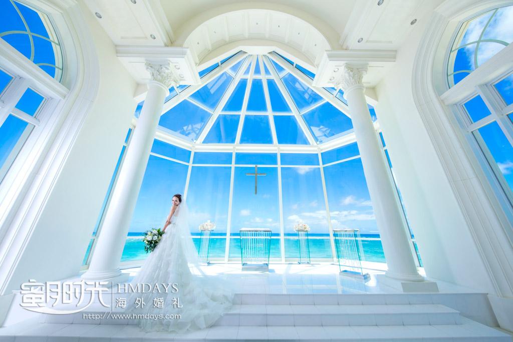 新娘在通透的落地大玻璃面前拍婚纱照 冲绳拉索尔(海之翼)教堂婚礼