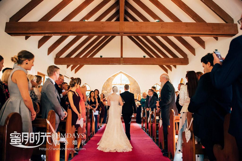 新人入场式,亲朋好友一起见证 澳洲庄园教堂婚礼