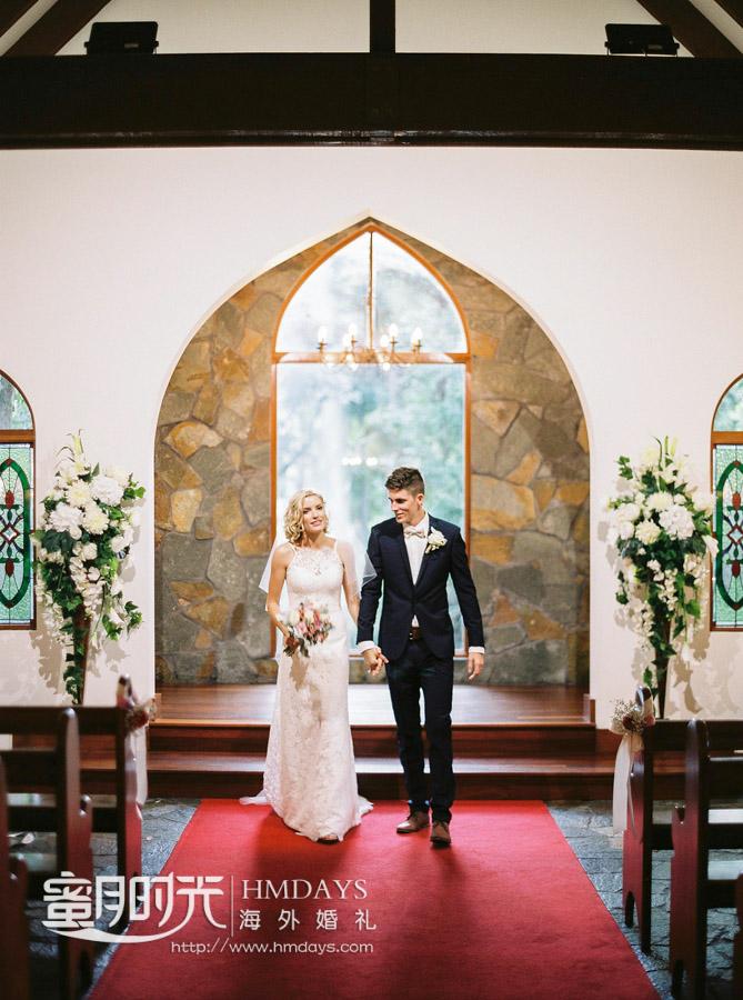 新人携手准备走出教堂迎接花瓣雨 澳洲庄园教堂婚礼