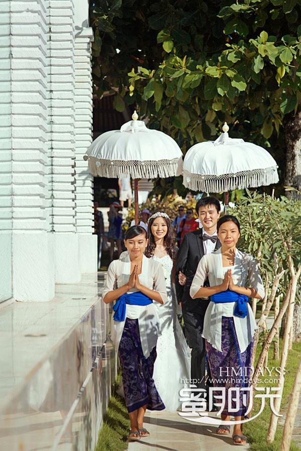 巴厘岛蓝点教堂婚礼婚纱照|仪式后走向教堂背后切蛋糕|海外婚礼