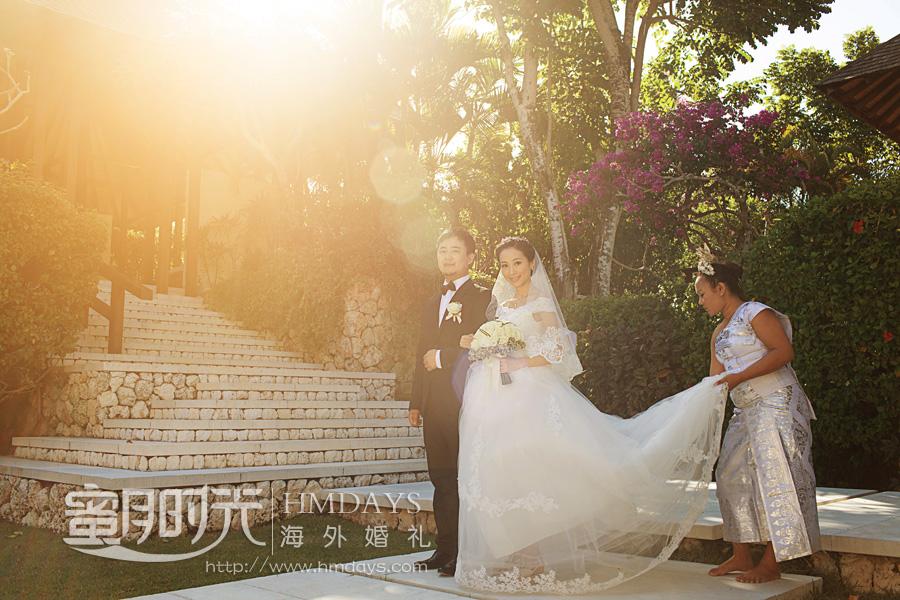 水之教堂婚礼 进入婚礼场地,花童随后 海外婚礼