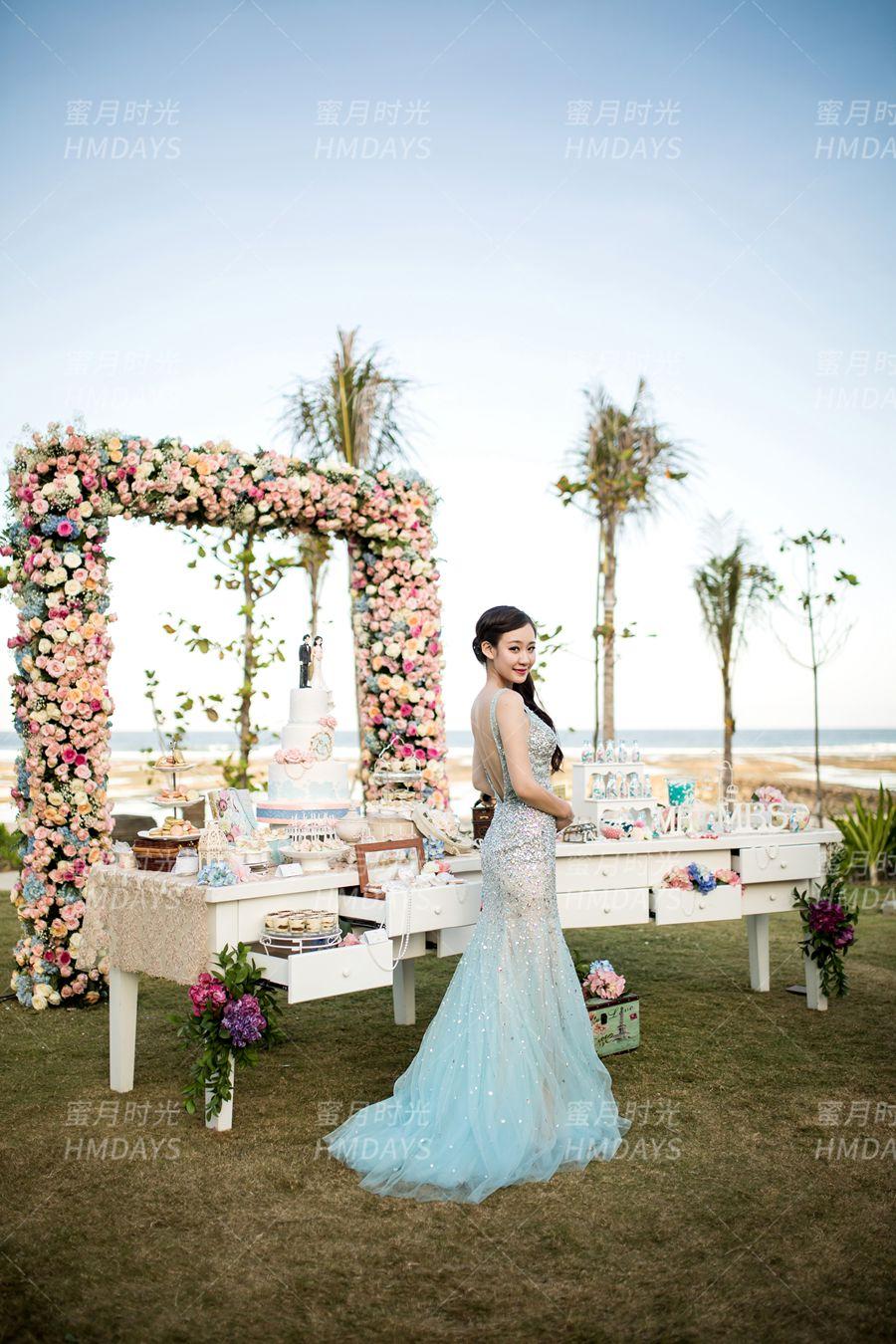 丽思卡尔顿教堂婚礼和晚宴 图中我们可见定制的花拱门,有需求的可联系我司顾问 海外婚礼