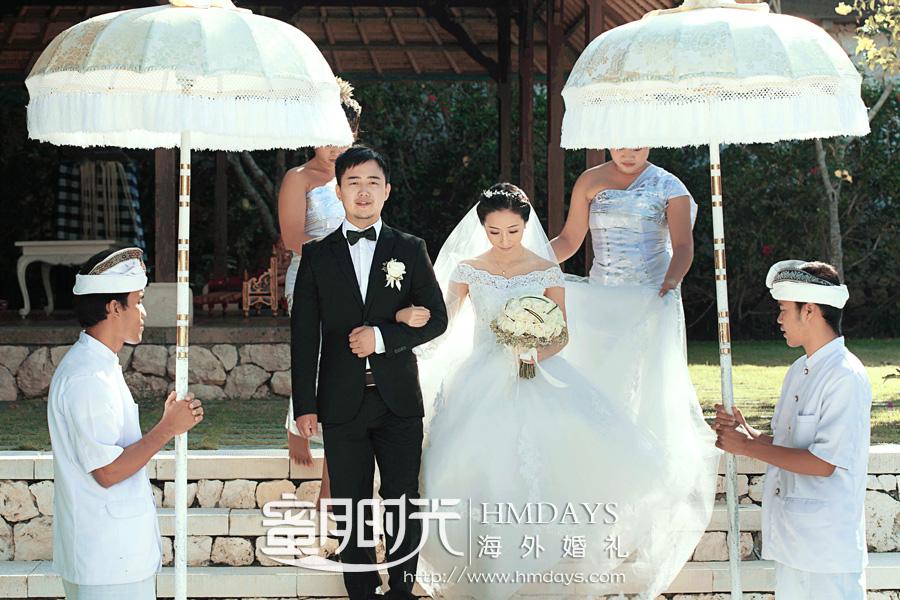 水之教堂婚礼 入场仪式,在伞童花童的簇拥下 海外婚礼