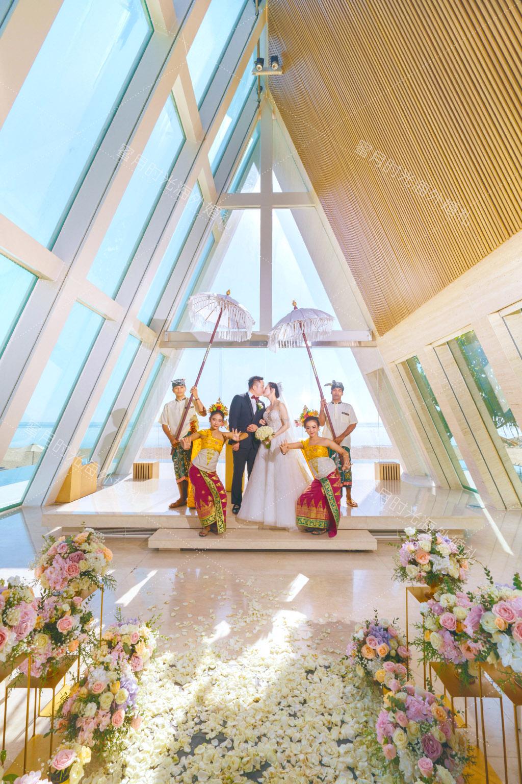 港丽无限教堂婚礼+升级布置|巴厘岛港丽教堂婚礼特别的花童和伞童_伞童是真的有举伞的哦___|海外婚礼