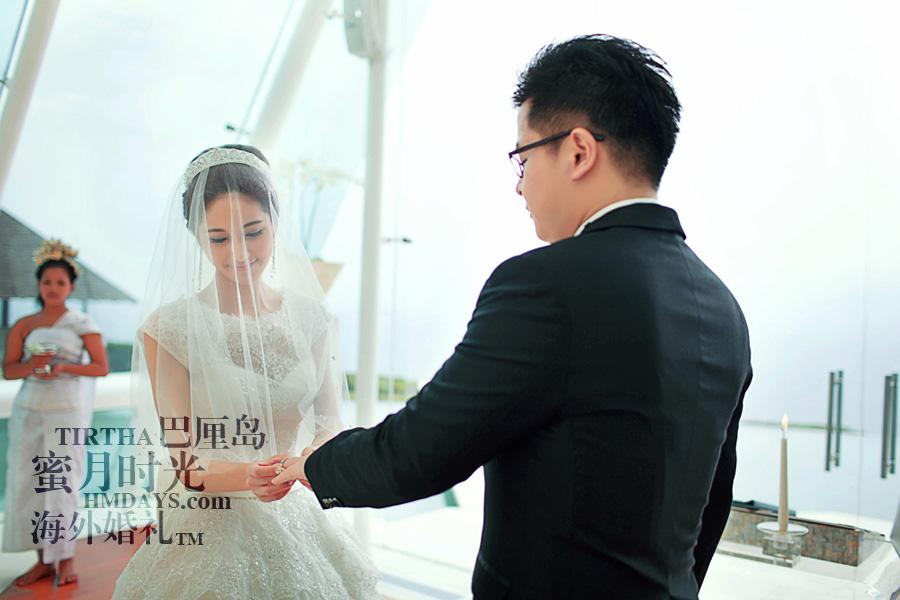 巴厘岛水之教堂婚礼+巴厘岛半日外景婚纱摄影|海外婚礼,巴厘岛水之教堂婚礼仪式上交换戒指|海外婚礼