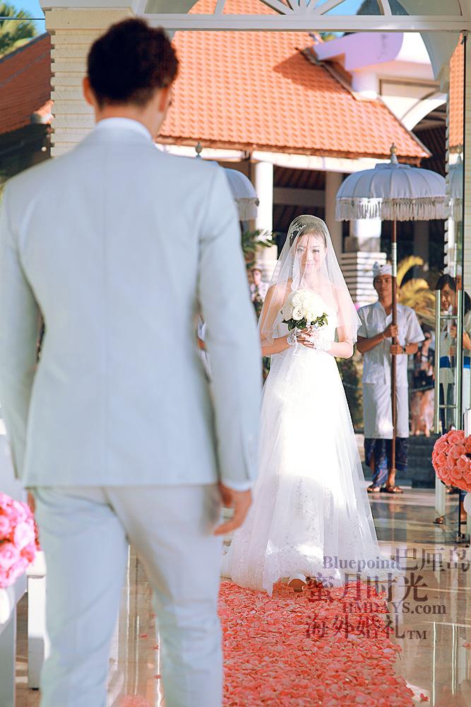 巴厘岛蓝点教堂婚礼--17:30档|新娘踩着鲜花走道进入教堂|海外婚礼