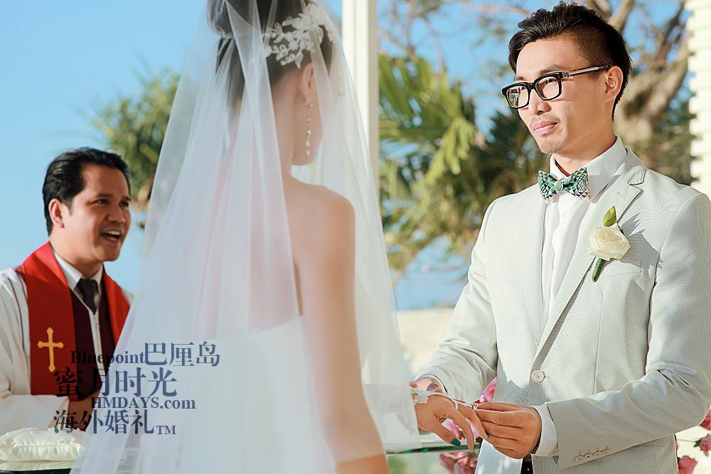 巴厘岛蓝点教堂婚礼--17:30档|新郎新娘互换戒指,在巴厘岛蓝点教堂|海外婚礼