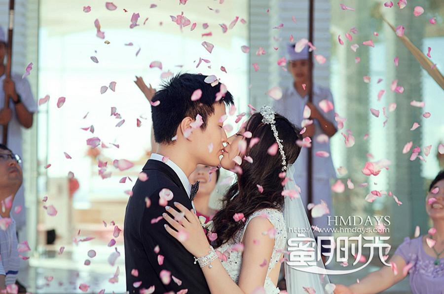 巴厘岛蓝点教堂婚礼婚纱照|花瓣雨下,尽情的吻~|海外婚礼