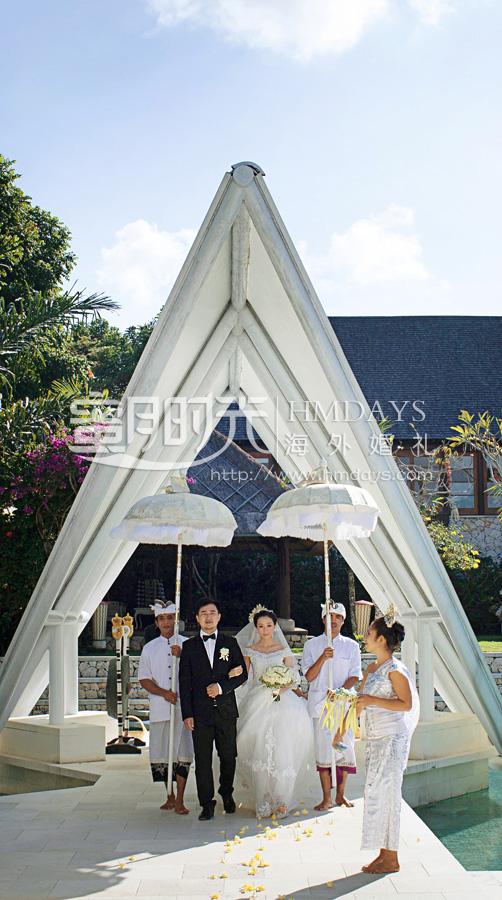 水之教堂婚礼 花童当着新人的面撒花瓣,铺上鲜花通道 海外婚礼