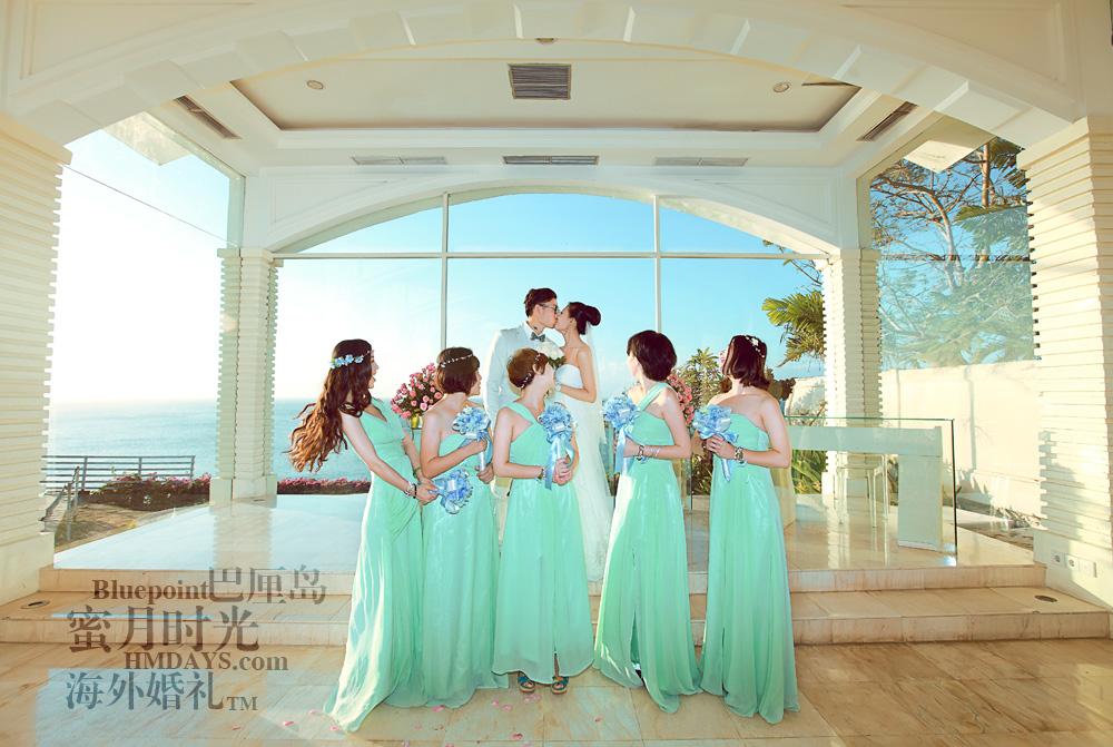 巴厘岛蓝点教堂婚礼--17:30档|伴娘团于新娘新郎合影|海外婚礼
