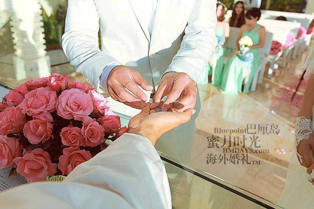 巴厘岛蓝点教堂婚礼--17:30档|牧师将戒指交予新郎|海外婚礼