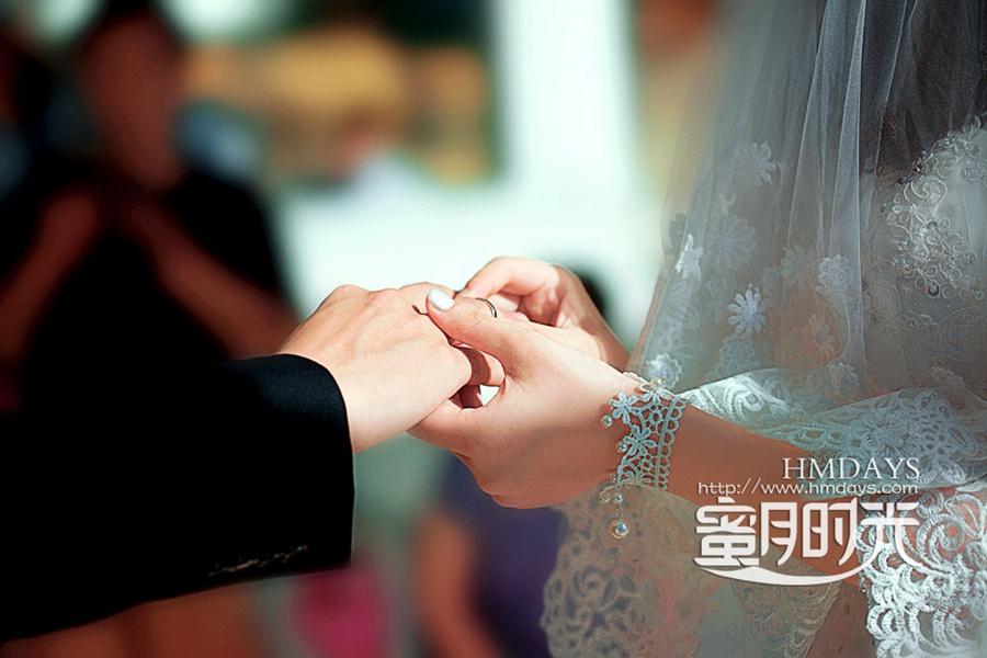 巴厘岛蓝点教堂婚礼婚纱照|婚礼仪式中交换戒指|海外婚礼