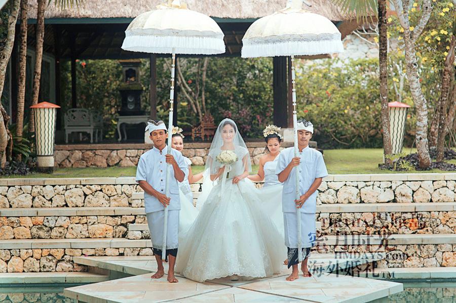 巴厘岛水之教堂婚礼+巴厘岛半日外景婚纱摄影|巴厘岛婚礼,新娘在伞童护送下徐徐走入婚礼大厅|海外婚礼